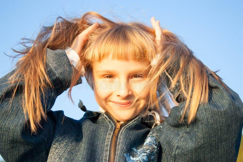 Chica joven en la luz de la puesta del sol imagen de archivo