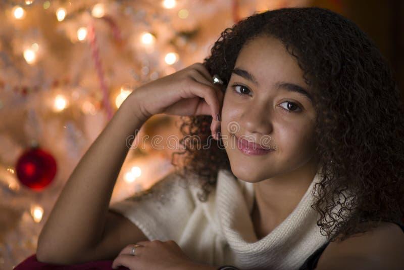 Chica joven en la Navidad imagenes de archivo