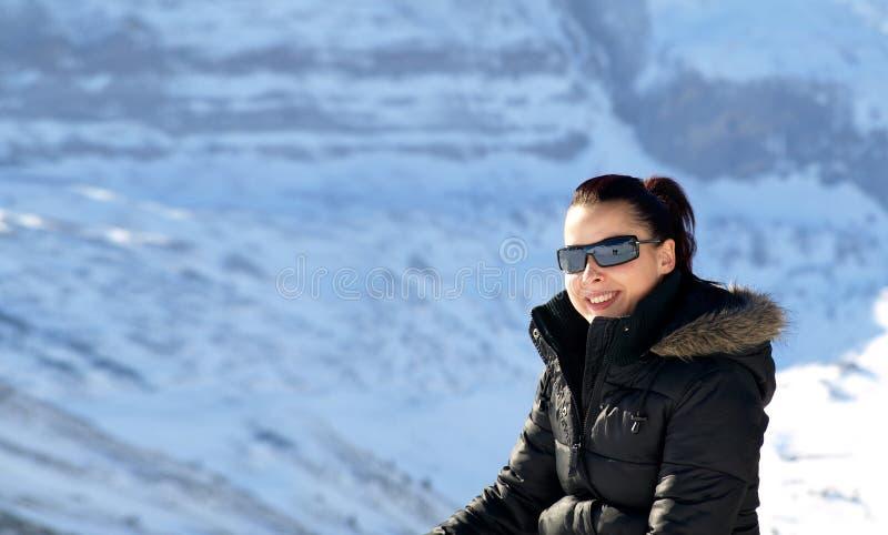 Chica joven en la nieve fotografía de archivo libre de regalías