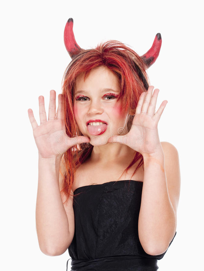 Chica joven en la peluca que presenta como diablo imagen de archivo libre de regalías