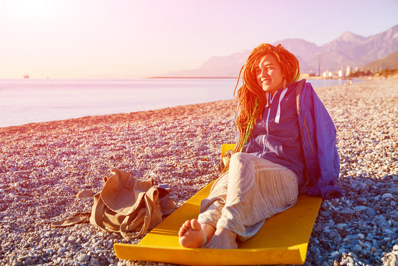 Chica joven en la playa imagenes de archivo