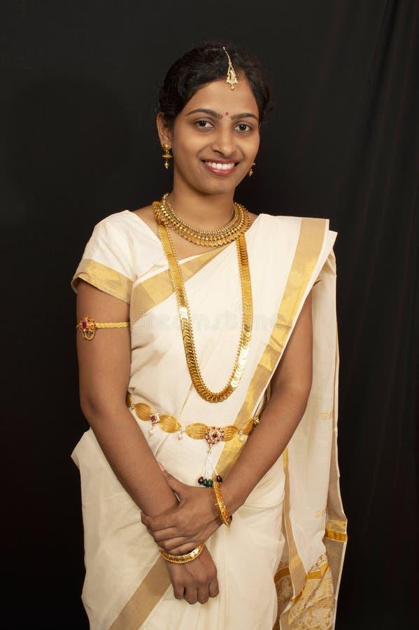 Chica joven en la sari y la joyería tradicionales de Kerala fotos de archivo libres de regalías