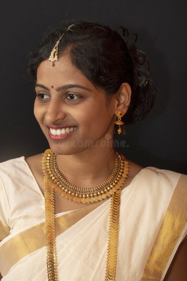 Chica joven en la sari y la joyer?a tradicionales de Kerala fotos de archivo