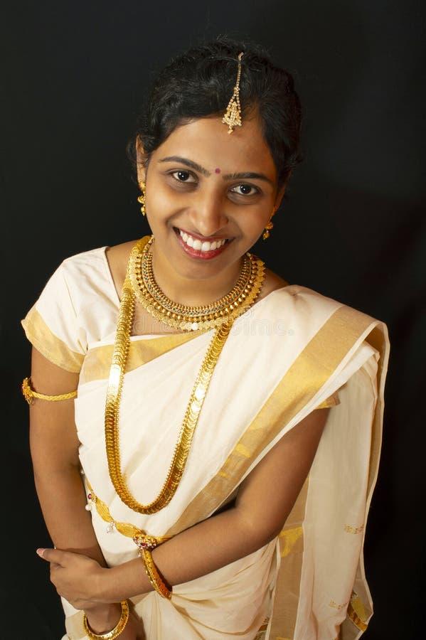 Chica joven en la sari y la joyer?a tradicionales de Kerala imagen de archivo