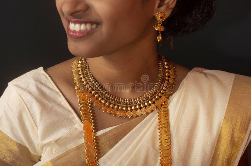 Chica joven en la sari y la joyer?a tradicionales de Kerala imagenes de archivo