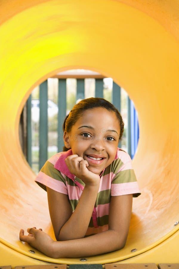 Chica joven en la sonrisa del patio fotos de archivo libres de regalías