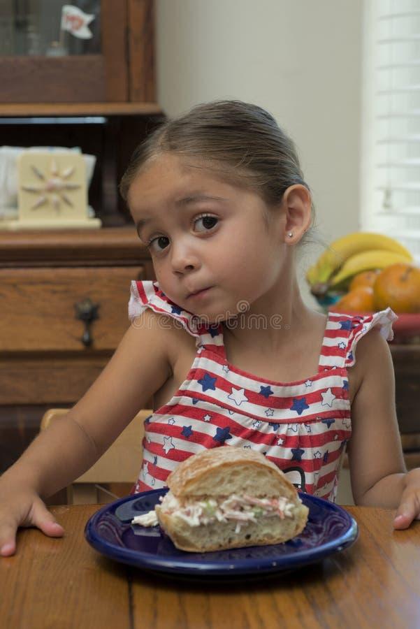 Chica joven en la tabla con su bocadillo fotos de archivo libres de regalías