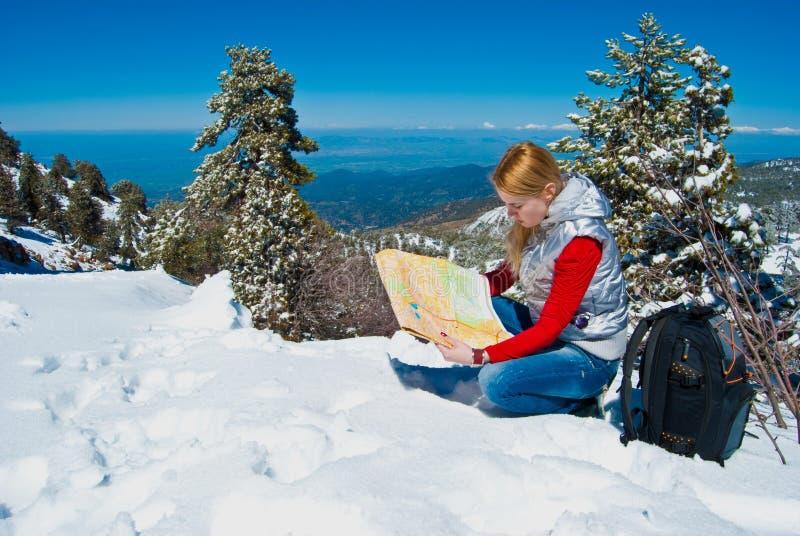Chica joven en las montañas fotos de archivo libres de regalías