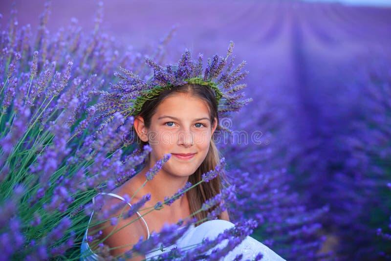 Chica joven en los campos del lavander fotografía de archivo