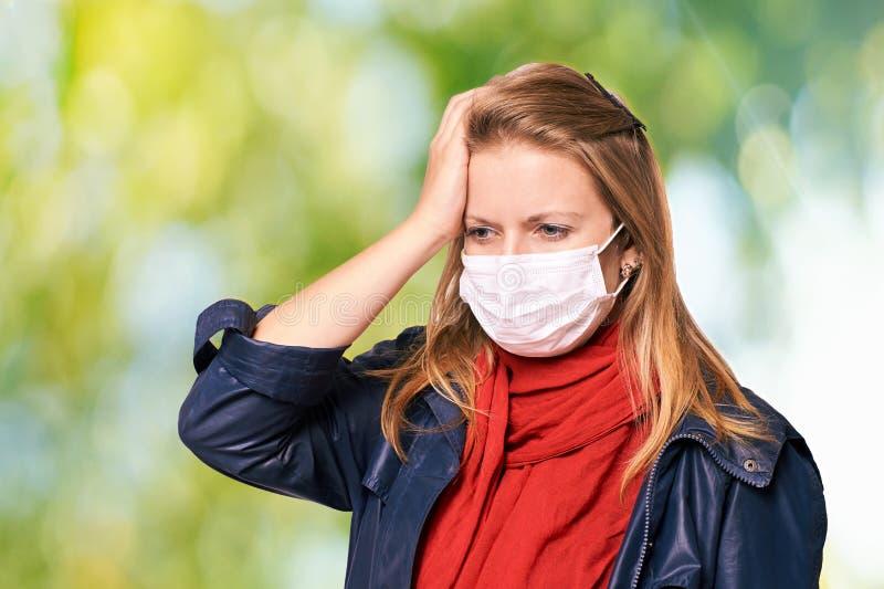 Chica joven en m?scara de la protecci?n Equipo de la persona de la alergia y de la gripe La seguridad m?dica protege fotos de archivo libres de regalías