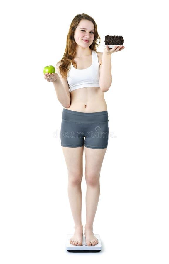 Chica joven en manzana y la torta de la explotación agrícola de la escala fotografía de archivo libre de regalías