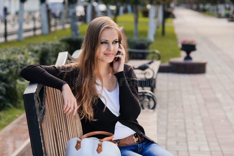 Chica joven en parque foto de archivo