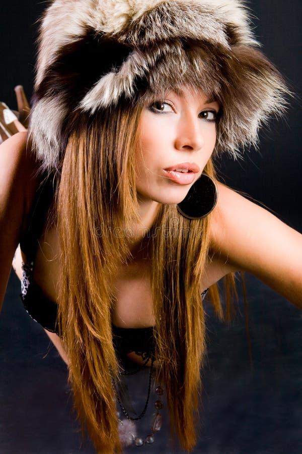 Chica joven en piel-casquillo foto de archivo