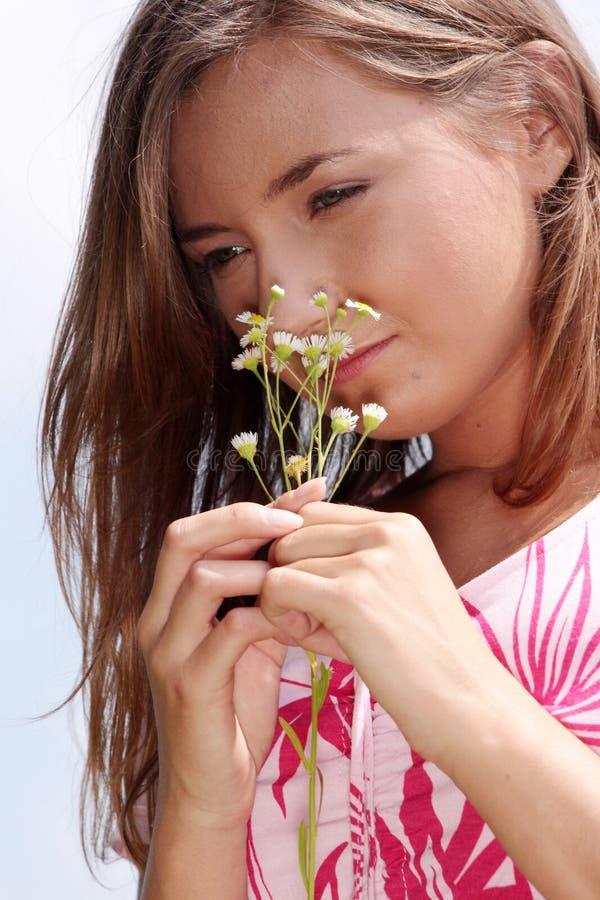Chica joven en prado floreciente imagenes de archivo