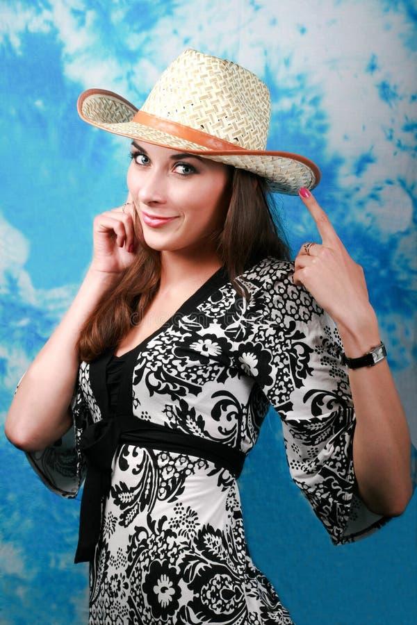 Chica joven en sombrero de paja imagenes de archivo