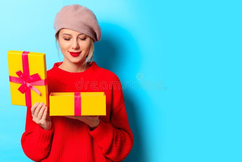 Chica joven en suéter rojo con la caja de regalo imágenes de archivo libres de regalías