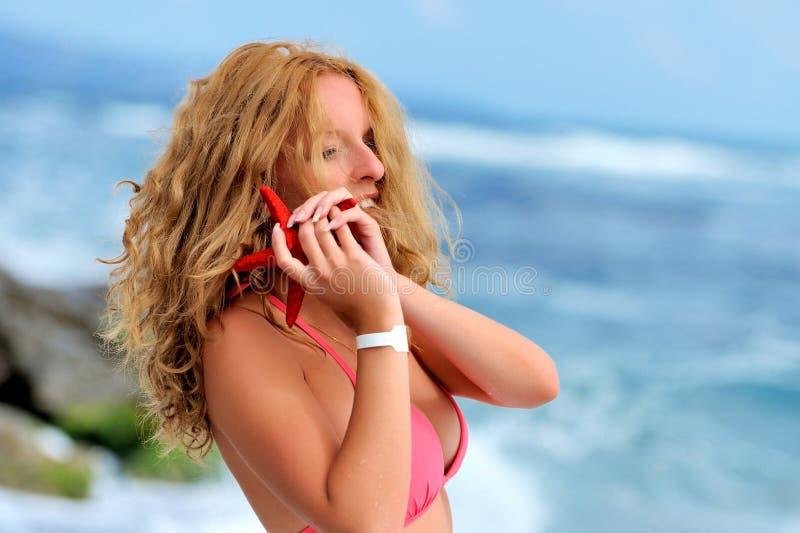Chica joven en un bikini rojo fotografía de archivo libre de regalías