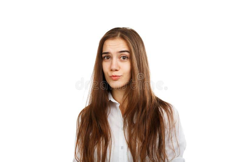 Chica joven en un fondo blanco en una blusa blanca foto de archivo