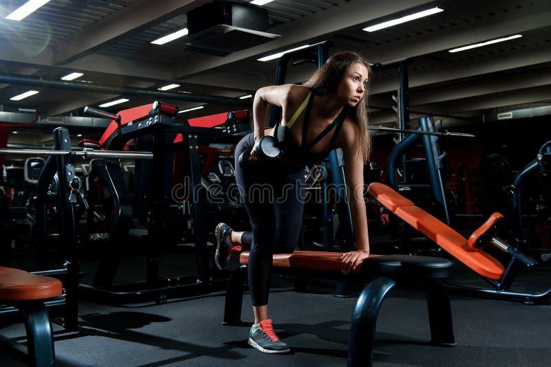 Chica joven en un gimnasio que hace deportes fotos de archivo libres de regalías