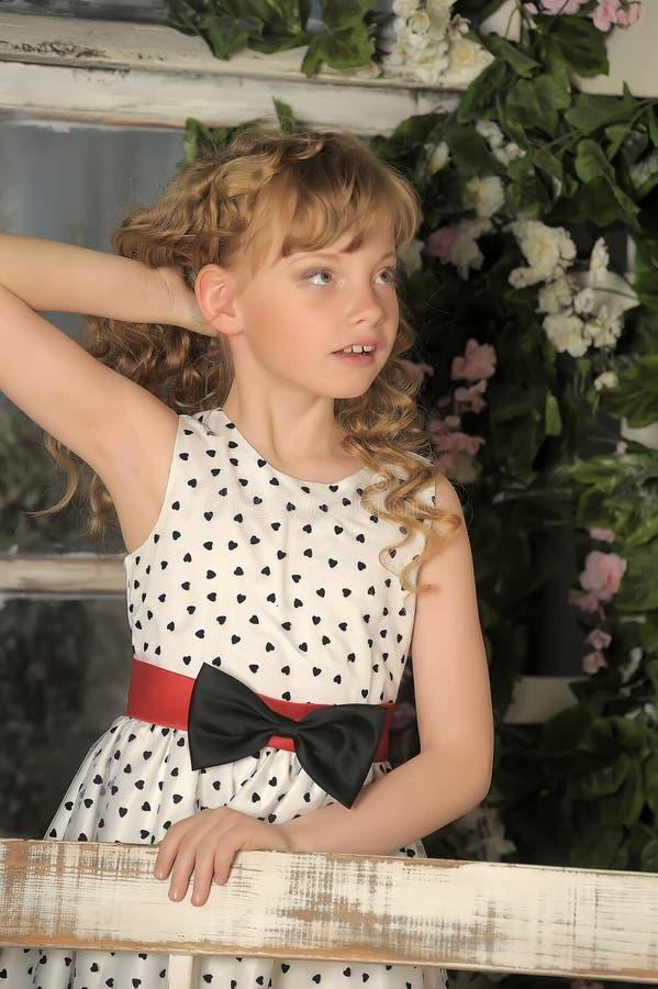 Chica joven en un jardín imagen de archivo libre de regalías