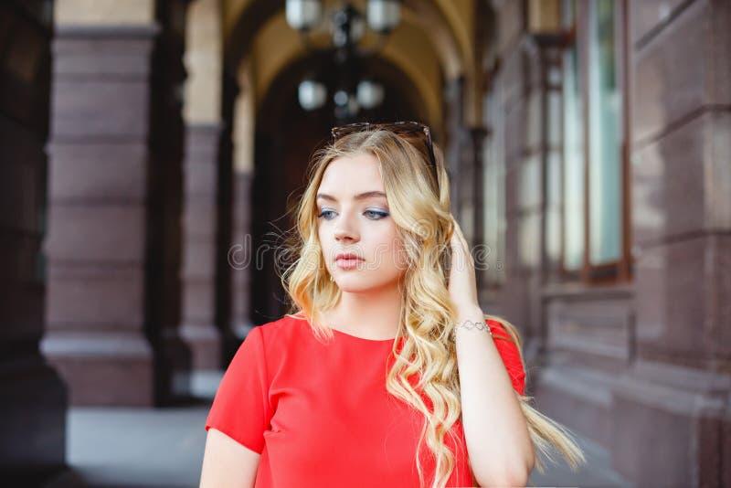 Chica joven en un paseo de la calle Retrato del estilo de la calle fotos de archivo