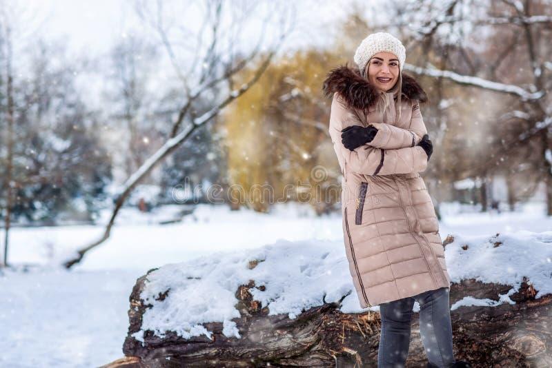 Chica joven en un paseo del invierno en naturaleza imagen de archivo