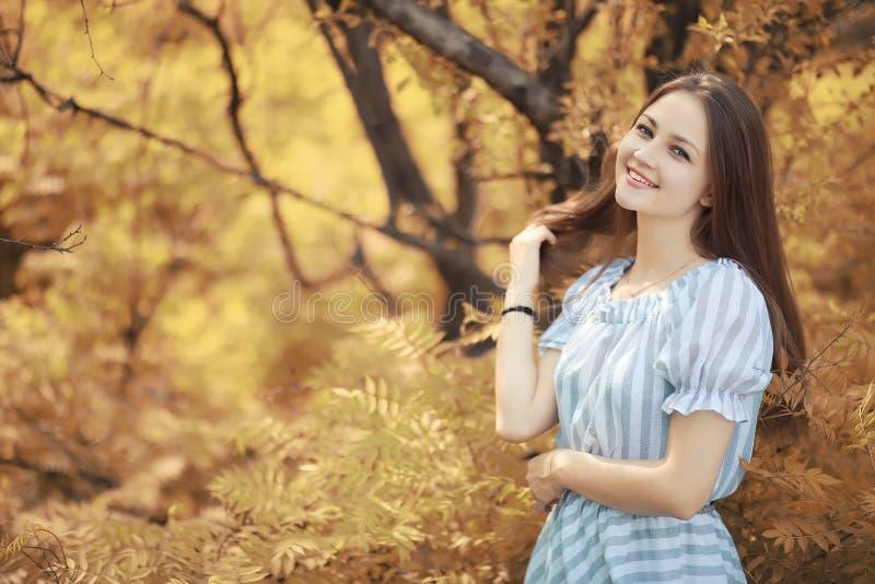 Chica joven en un paseo en el otoño imágenes de archivo libres de regalías