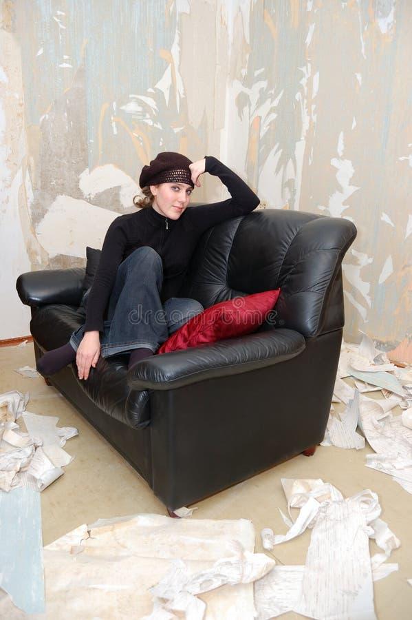 Chica joven en un sofá imágenes de archivo libres de regalías