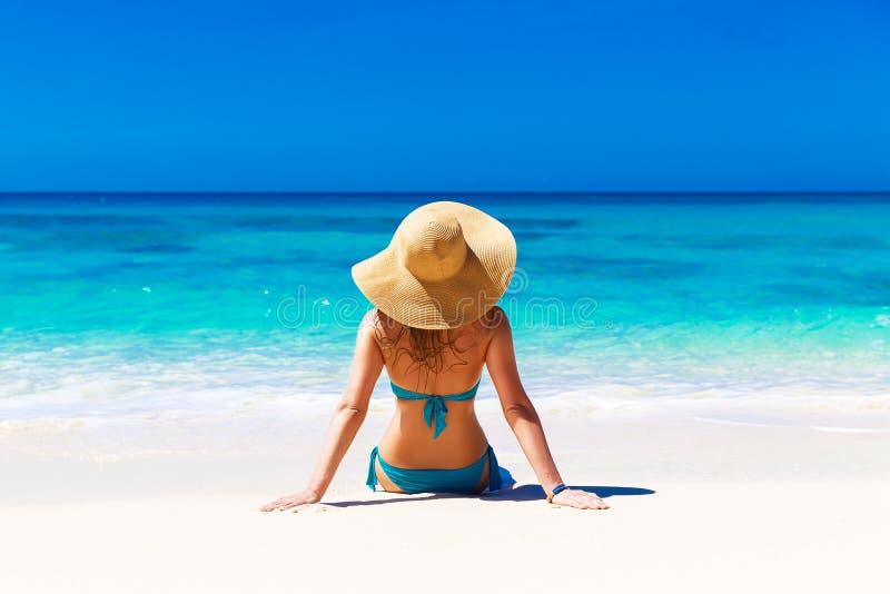 Chica joven en un sombrero de paja en una playa tropical Vacaciones de verano foto de archivo