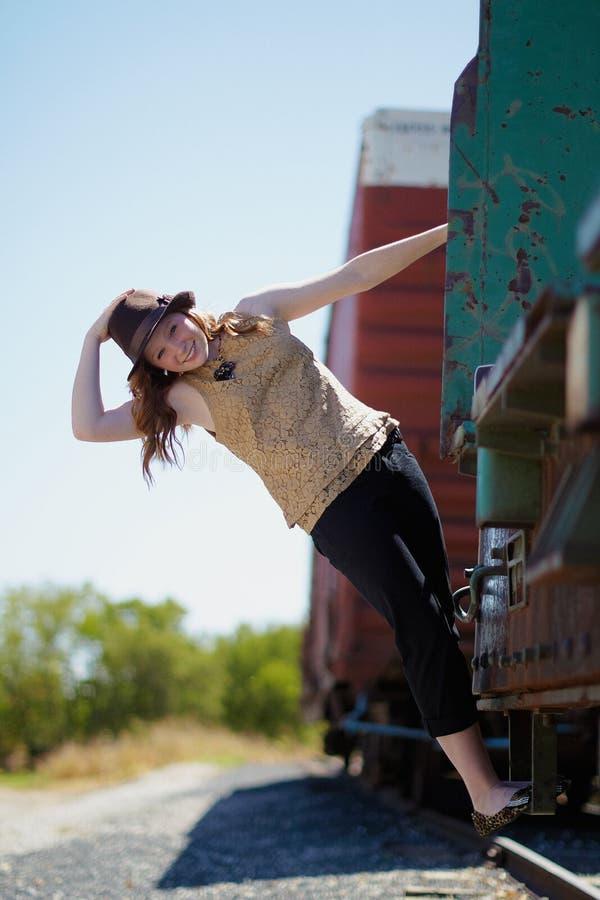 Chica joven en un tren foto de archivo libre de regalías