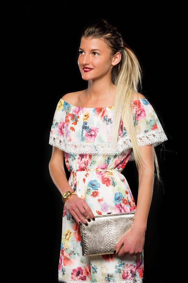 Chica joven en un vestido colorido fotografía de archivo libre de regalías