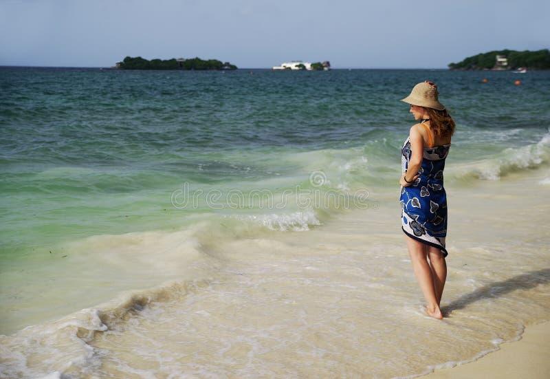 Chica joven en una de las playas hermosas en Isla Grande que disfruta del paisaje del mar del Caribe fotografía de archivo libre de regalías