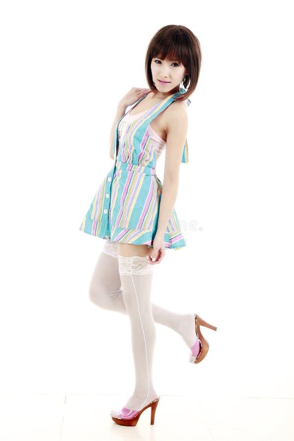 Chica joven en una falda corta imagen de archivo