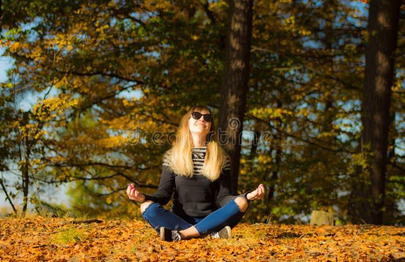 Chica joven en una guirnalda de hojas La muchacha en el parque Otoño fotografía de archivo libre de regalías