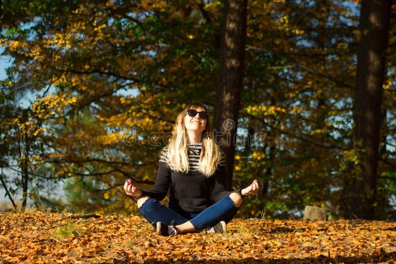 Chica joven en una guirnalda de hojas La muchacha en el parque Otoño imagenes de archivo