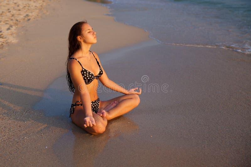 Chica joven en una playa tropical en la puesta del sol Conce de las vacaciones de verano imagenes de archivo