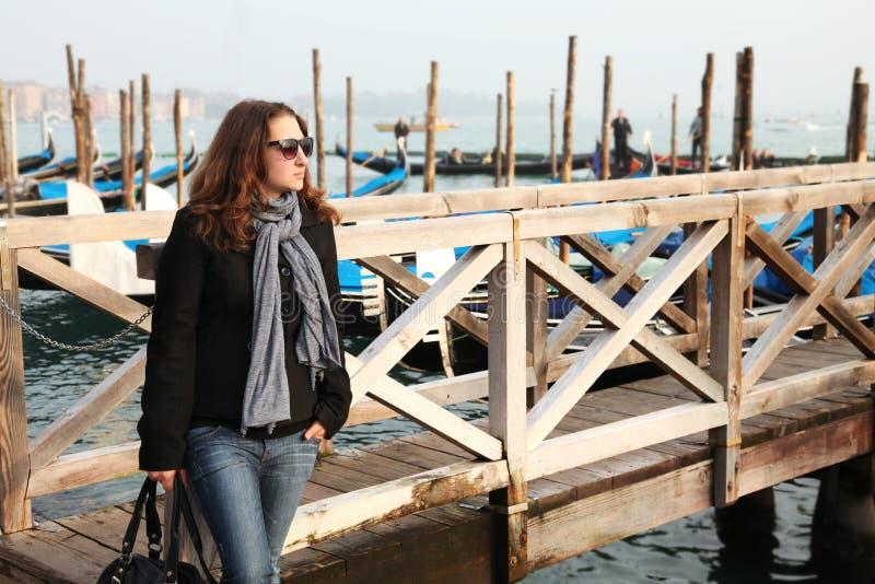 Chica joven en Venecia fotos de archivo