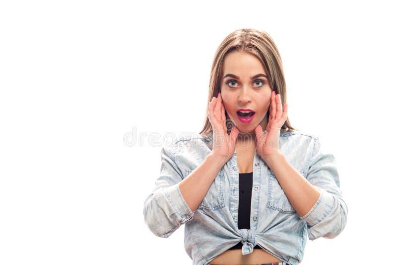 Chica joven encantadora que presenta en el fondo blanco fotografía de archivo libre de regalías