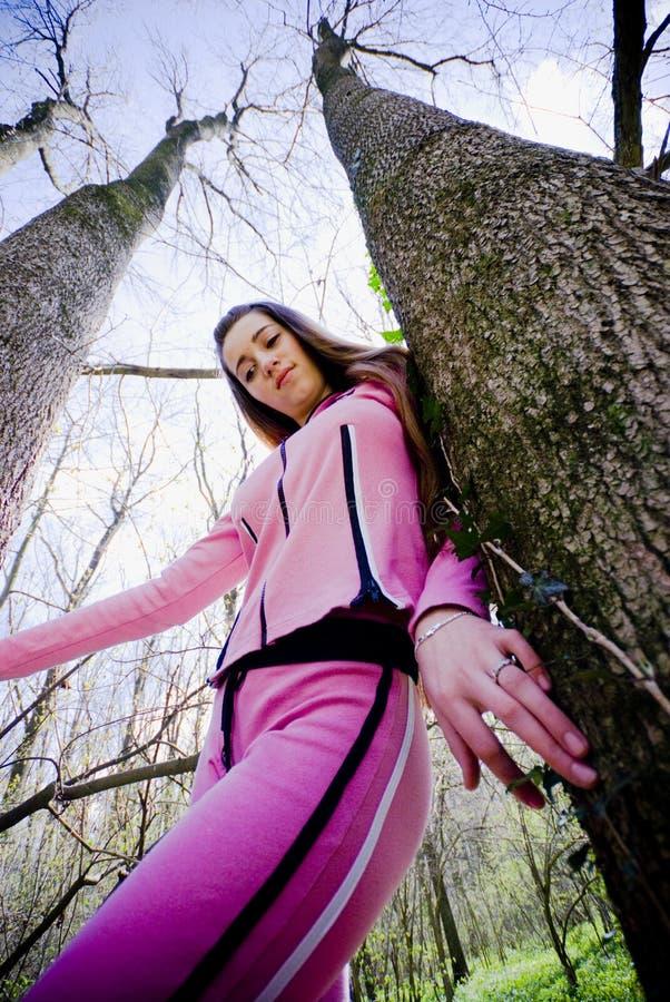 Chica joven entre los árboles imágenes de archivo libres de regalías