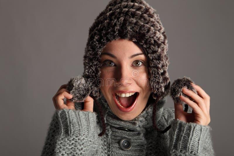 Chica joven feliz emocionada en sombrero caliente de las lanas del invierno fotografía de archivo