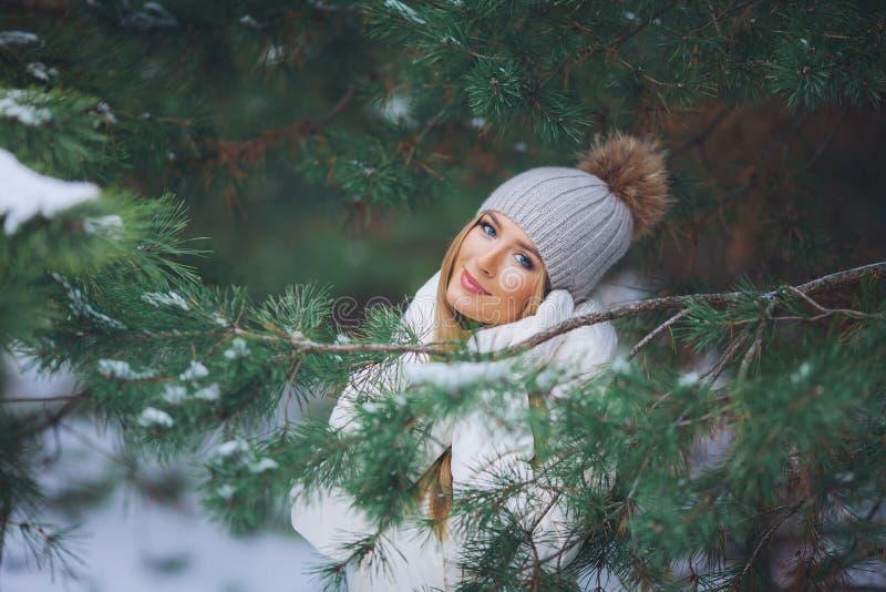 Chica joven feliz en el bosque del invierno fotografía de archivo