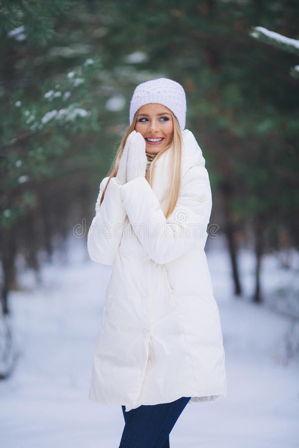 Chica joven feliz en el bosque del invierno imágenes de archivo libres de regalías