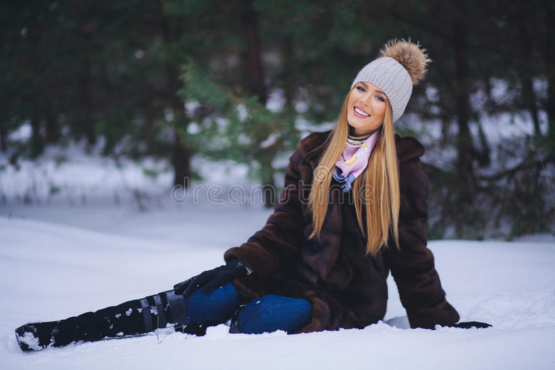 Chica joven feliz en el bosque del invierno imagenes de archivo