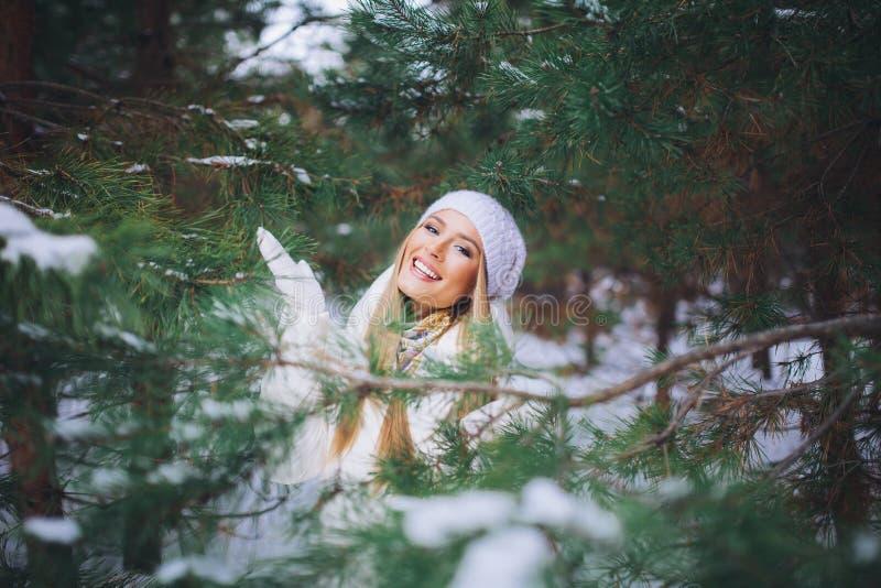 Chica joven feliz en el bosque del invierno fotos de archivo