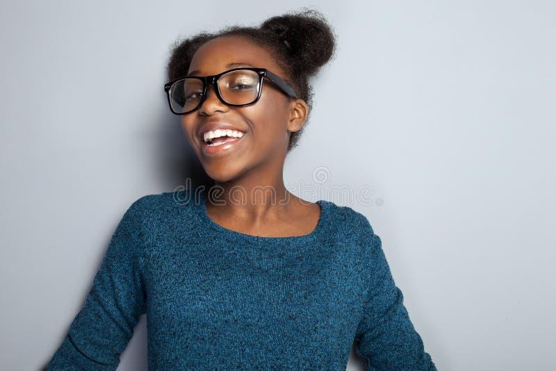 Chica joven feliz en lentes imagen de archivo