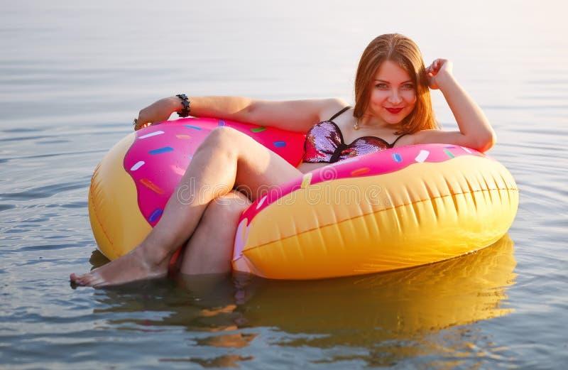 Chica joven feliz en un buñuelo asperjado imagenes de archivo