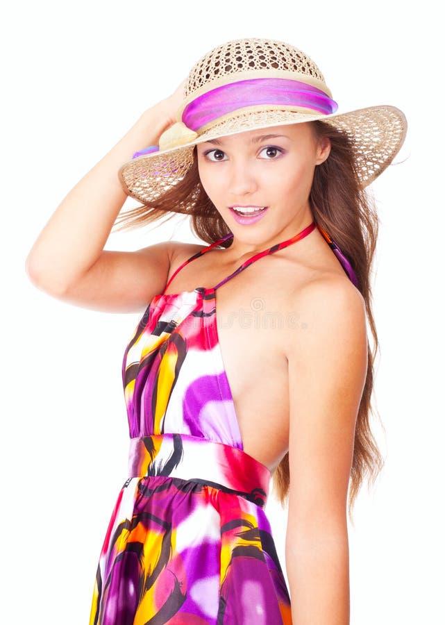 Chica joven feliz que desgasta un sombrero en verano foto de archivo libre de regalías