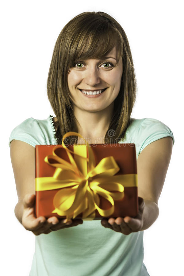 Chica joven feliz que lleva a cabo el presente fotografía de archivo