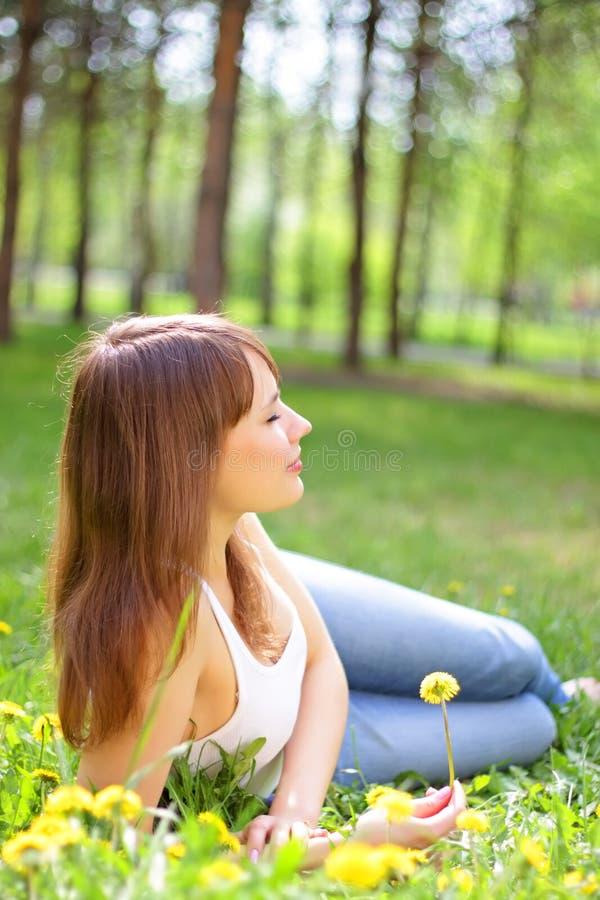 Chica joven hermosa fotografía de archivo libre de regalías