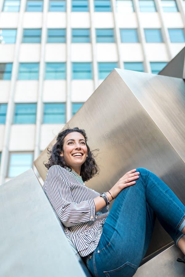 Chica joven hermosa al aire libre que sonríe fotos de archivo libres de regalías
